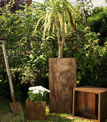 Eckige Rost Pflanztöpfe im Garten zur Gartengestaltung