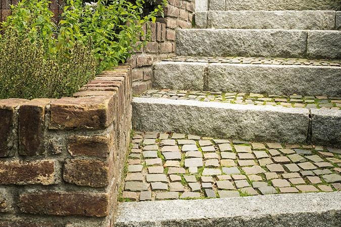 Steintreppe zum Garten